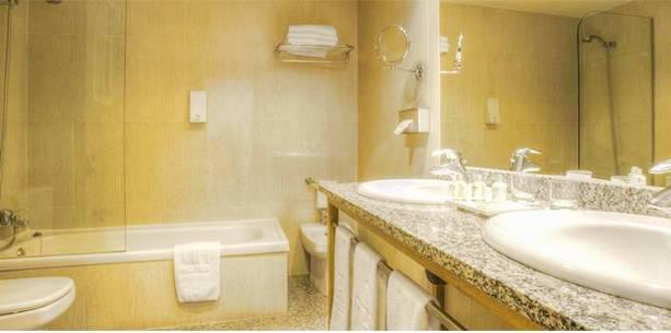 Baño de la Habitación del Hotel Hesperia Santiago Peregrino