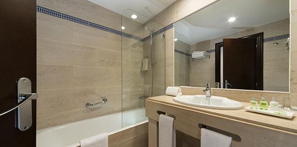 Baño de la habitación del Hotel Hesperia Córdoba
